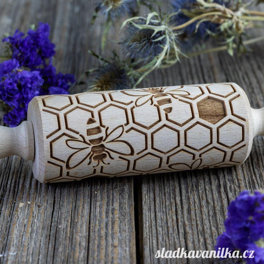 Malý embosovaný váleček - med